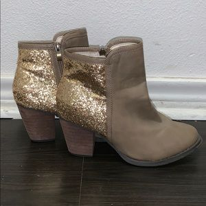 ✨Woman's Gold and brown leather booties✨